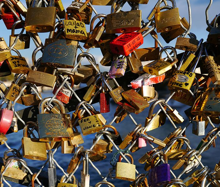 705px-love_padlocks_-_pont_des_arts_-_paris